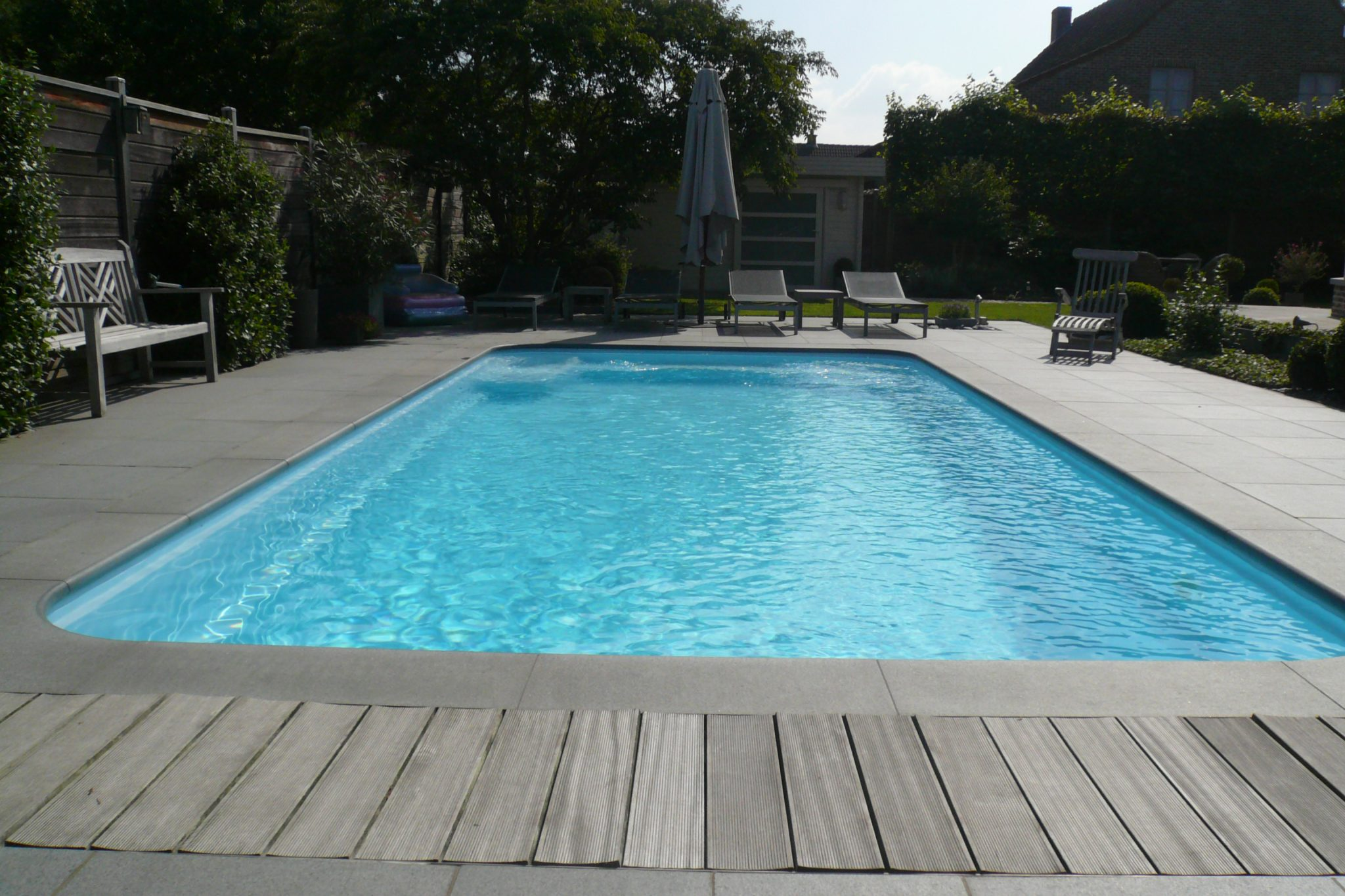 B3zwembadboorden en tegels ingrijze graniet de wandeleer natuursteen - Zwembad betegeld grijs ...