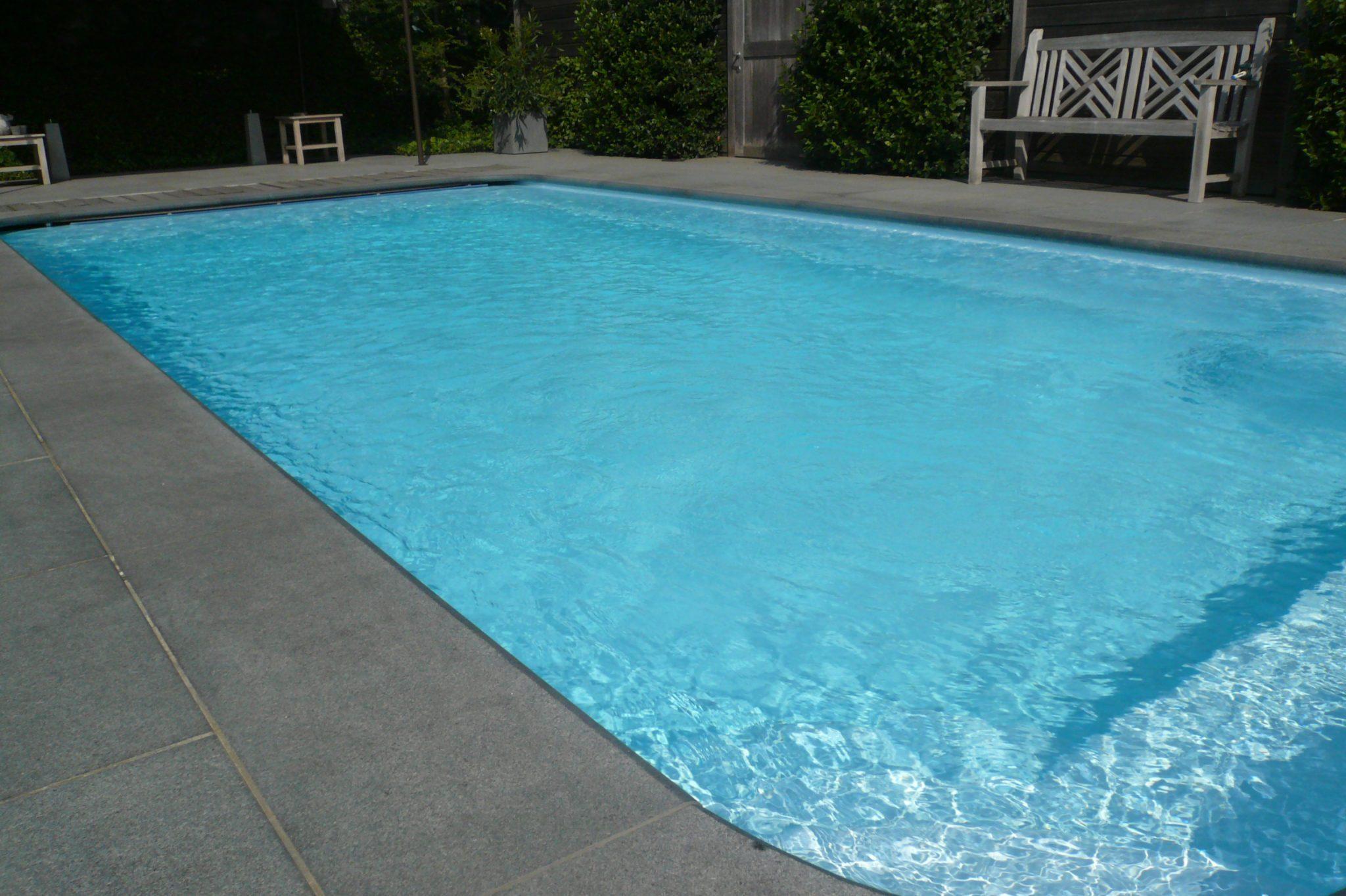 Margelles de piscine en granit gris de wandeleer pierre for Piscine en granit