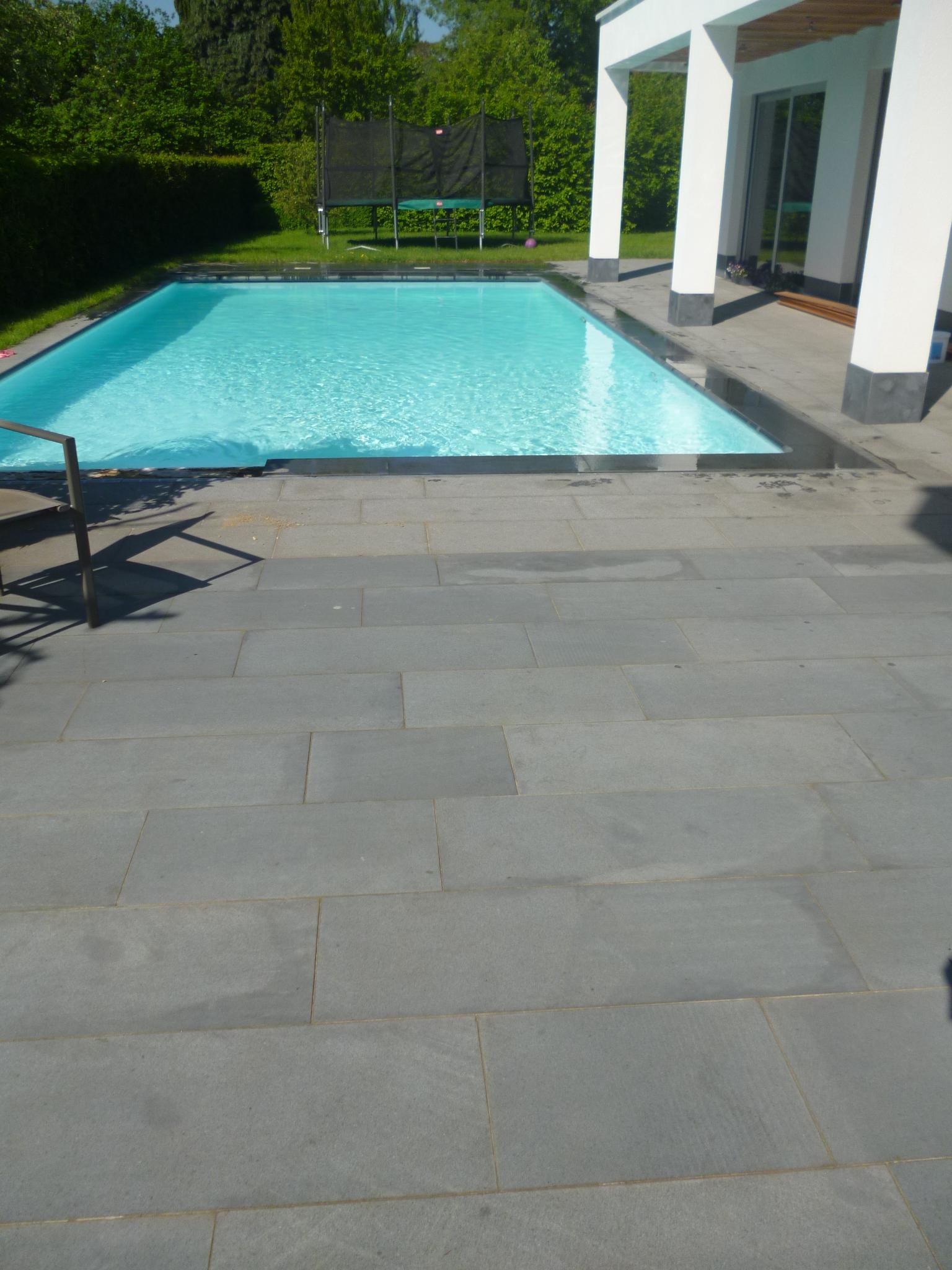 zwembadboorden in zwarte en terrastegels in grijze graniet - De ...